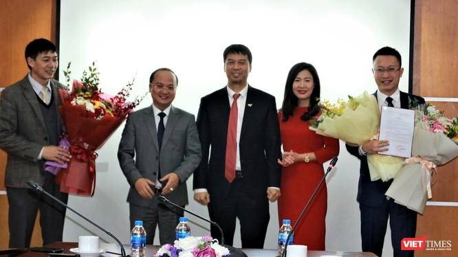 Phó Tổng Giám đốc Đài Tiếng nói Việt Nam Ngô Minh Hiển (giữa) và Giám đốc Đài VTC Trần Văn Thành (thứ hai trái sang) trao quyết định bổ nhiệm và hoa chúc mừng Phó Giám đốc Đài VTC Nguyễn Văn Bình (bìa trái) và Lương Minh Đức (bìa phải).