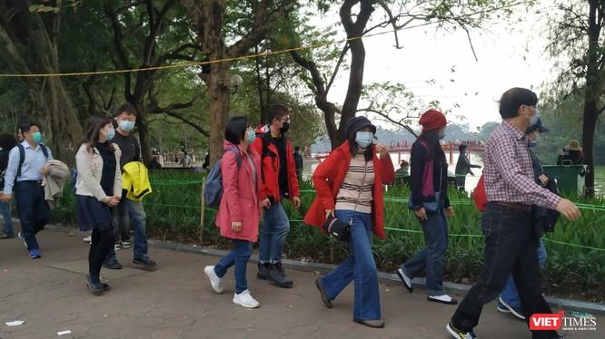 Khách du lịch đến Hà Nội trong những ngày chống dịch COVID-19. Ảnh: Anh Lê