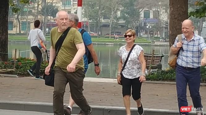 Nhiều khách du lịch đến Việt Nam thời điểm này không sử dụng các biện pháp phòng dịch. Ảnh chụp tại khu vực hồ Hoàn Kiếm - Anh Lê.