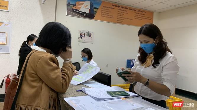 Khách hàng nộp hồ sơ làm thủ tục chứng nhận lãnh sự tại Bưu điện Hà Nội.