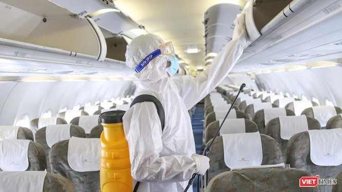 Khử trùng máy bay phòng chống nguy cơ lây nhiễm dịch bệnh COVID-19 tại Tân Sơn Nhất. Ảnh: Hoàng Triều