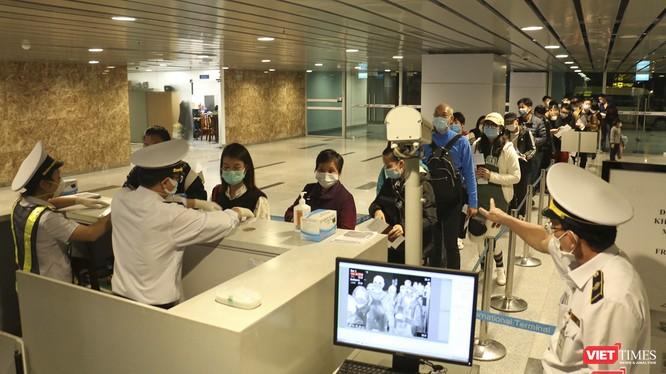 Việc tổ chức cách ly tập trung được thực hiện đối với tất cả người nhập cảnh từ các quốc gia, vùng lãnh thổ vào Việt Nam từ 0h ngày 21/3. Ảnh: Hồ Xuân Mai.