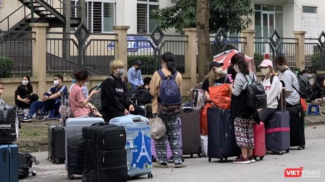 Các công dân nhập cảnh Việt Nam được đưa về cách ly tại khu Pháp Vân - Tứ Hiệp. Ảnh chụp ngày 21/3 - Thùy Linh.