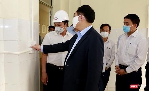 Bí thư Thành ủy Vương Đình Huệ kiểm tra tiến độ xây dựng bệnh viện dã chiến Mê Linh.