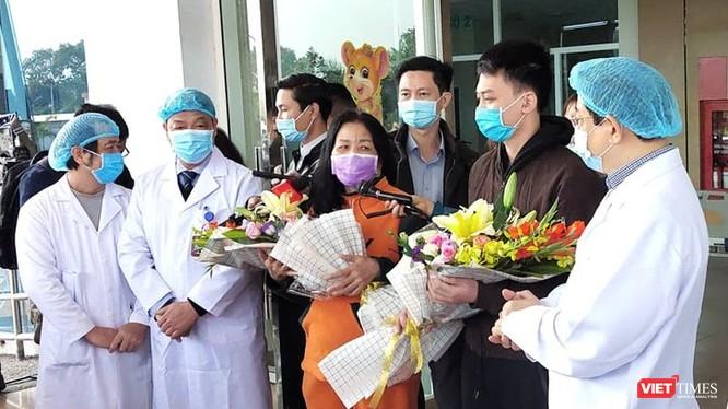 Bệnh nhân mắc COVID-19 được điều trị khỏi hoàn toàn và ra viện trong niềm hân hoan. Ảnh: Minh Thúy
