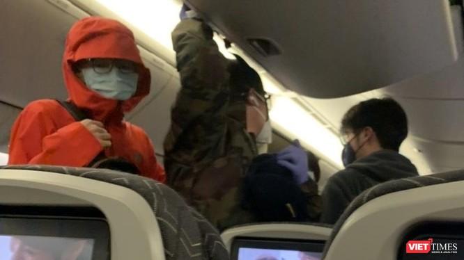 Các hành khách Việt Nam trên chuyến bay từ Mỹ về nước ngày 21/3. Ảnh minh họa: Anh Lê.