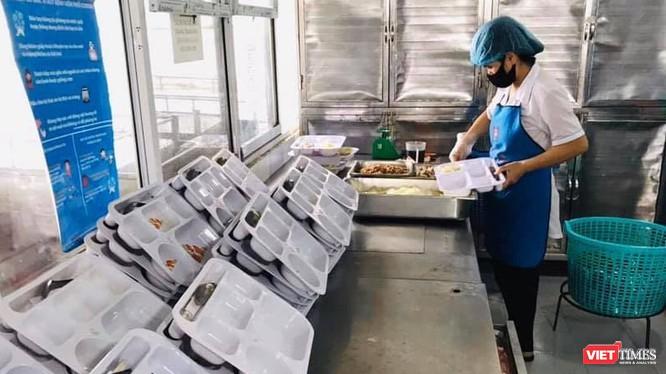 Một nhân viên của Công ty Trường sinh đang chuẩn bị suất ăn cho bệnh nhân.