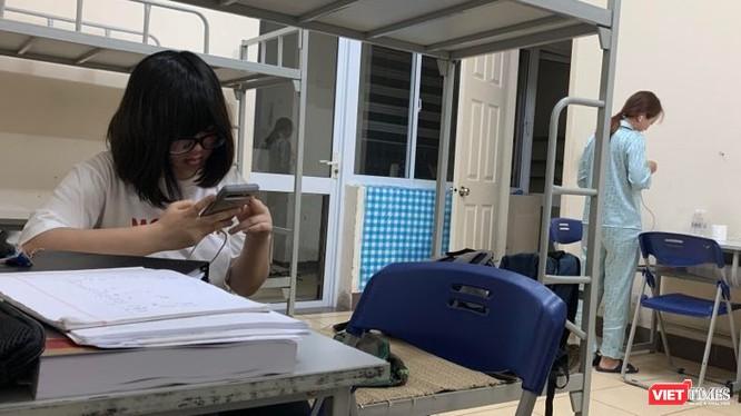 Các công dân Việt Nam ở nước ngoài về tuân thủ tốt yêu cầu cách ly y tế tập trung trong 15 ngày. Ảnh chụp tại khu cách ly Chung cư sinh viên Pháp Vân - Tứ Hiệp của TP. Hà Nội. Ảnh: Anh Lê.