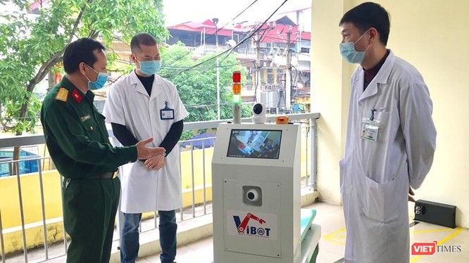 Robot vận chuyển Vibot-1a có thể làm việc liên tục 12 giờ và tự động tìm về trạm để sạc khi cạn nguồn.
