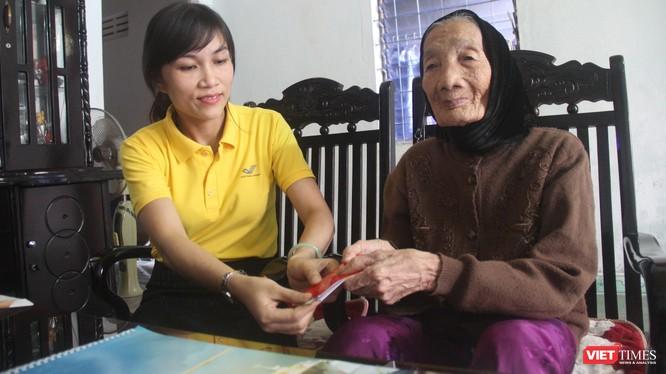 Nhân viên Bưu điện TP Tam Kỳ. Quảng Nam chi trả trợ cấp Người có công với Cách mạng tại nhà.