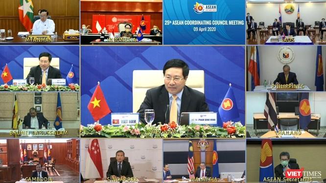 Màn hình trực tuyến Hội nghị Bộ trưởng Ngoại giao về COVID-19.