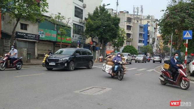 Vài ngày gần đây, người dân lại nườm nượp ra đường. Ảnh chụp ngày 11/4 trên phố Kim Mã - Hà Nội.