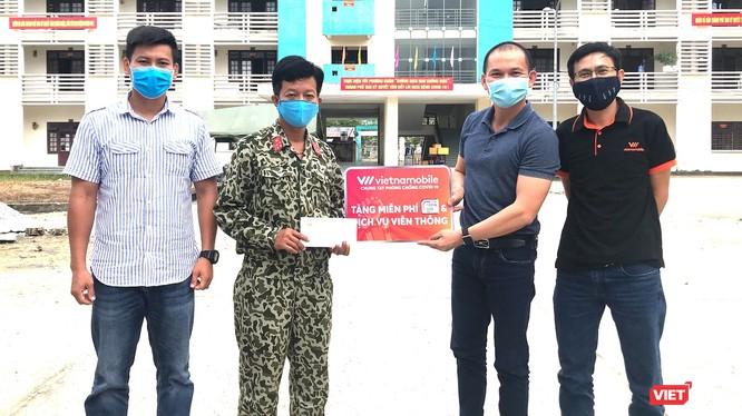 Đại diện Vietnamobile trao tặng sim Trọn đời tại điểm cách ly y tế tập trung trường Cao đăng Y tế Quảng Nam. Ảnh: Hoa Bùi