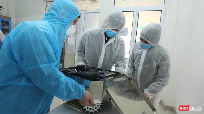 Các nhà khoa học Việt nghiên cứu chế tạo robot lau sàn, khử khuẩn trong hơn 2 tuần.