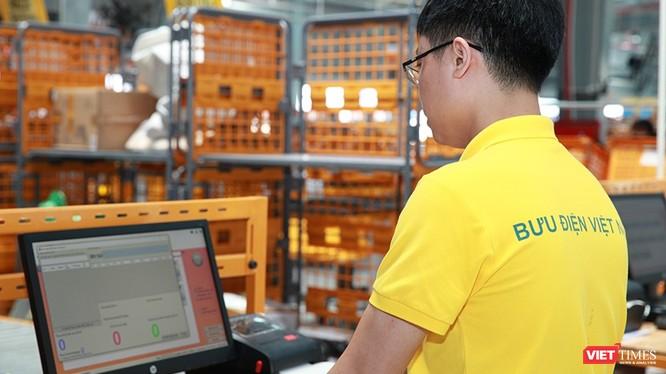 Nhân viên thao tác trên máy điều khiển tại Trung tâm vận chuyển và kho vận khu vực Bắc miền Trung.