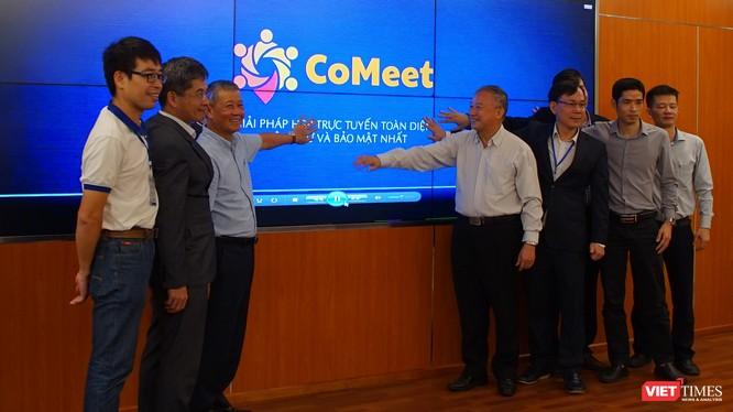 Thứ trưởng Bộ Thông tin và Truyền thông Nguyễn Thành Hưng và các đại diện Liên minh CoMeet nhấn nút chính thức khai trương giải pháp hội nghị trực tuyến Comeet.