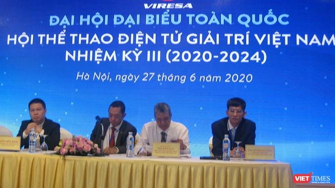 Ông Nguyễn Xuân Cường - Phó Chủ tịch Thường trực Hội Truyền thông Số Việt Nam (bên phải) tham gia Đoàn Chủ tịch Đại hội III Hội Thể thao Điện tử Giải trí Việt Nam.
