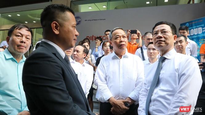 Bộ trưởng Bộ Thông tin và Truyền thông Nguyễn Mạnh Hùng và lãnh đạo các doanh nghiệp trao đổi bên lề Hội nghị về công cuộc chuyển đổi số quốc gia. Ảnh: Minh Sơn.