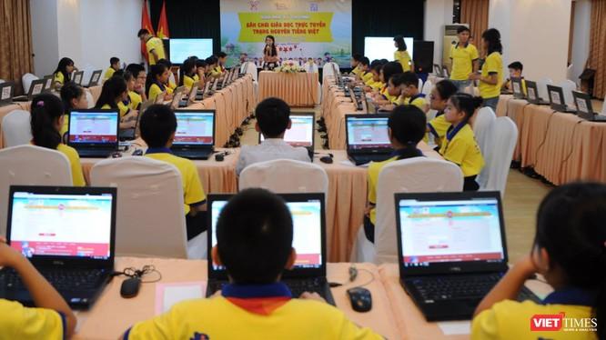 Các thí sinh thực hiện bài thi Trạng Nguyên Tiếng Việt trên máy tính.