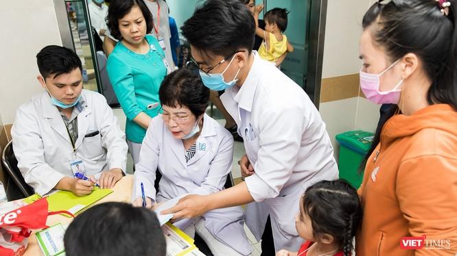 Các bác sĩ của Đại học Y Dược TP.HCM thực hiện khám lâm sàng cho các em nhỏ.