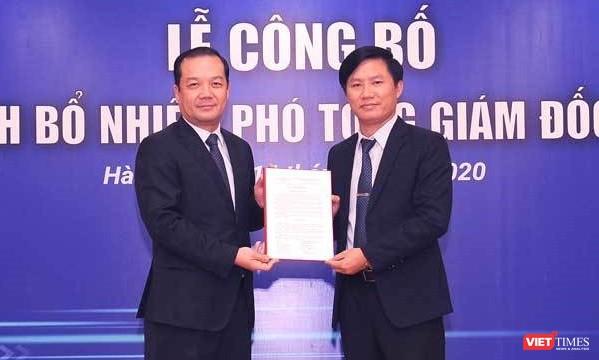 Chủ tịch VNPT Phạm Đức Long trao quyết định bổ nhiệm ông Nguyễn Đình Danh (phải) làm Phó Tổng Giám đốc Tập đoàn VNPT.