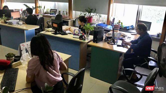 Các phóng viên, biên tập viên của Thời báo Kinh tế Việt Nam vẫn bám trụ tại tòa soạn, bất chấp lệnh giải thể - Ảnh chụp chiều ngày 16/7.