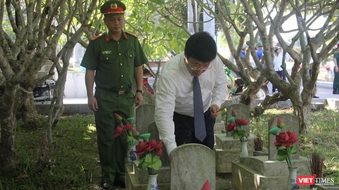 Đoàn thắp hương tại phần mộ các liệt sĩ đang an nghỉ tại Nghĩa trang liệt sĩ quốc tế Việt - Lào.