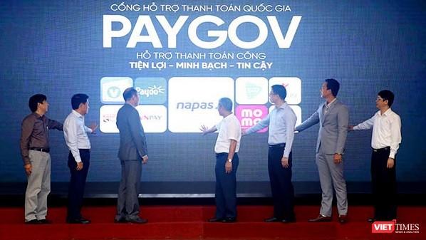 Thứ trưởng Bộ TT&TT Nguyễn Thành Hưng và các đại biểu thực hiện nghi thức ra mắt Cổng hỗ trợ thanh toán quốc gia PayGov. Ảnh: H.Phương.