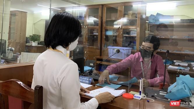 Nhân viên bưu điện nhận và chuyển phát kết quả giải quyết thủ tục hành chính. Ảnh minh họa. Đ.Minh.