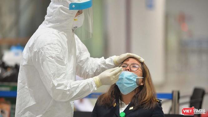 Nhân viên y tế lấy mẫu xét nghiệm COVID-19 (Ảnh: Hoàng Anh)