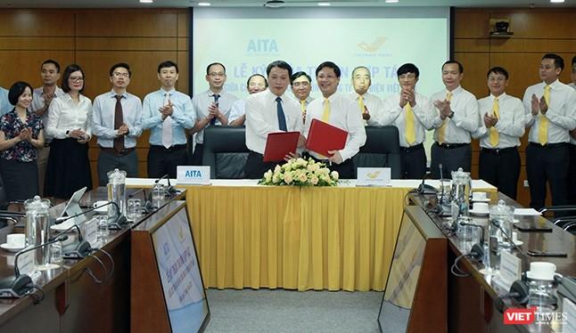 Cục Tin học hóa và Vietnam Post hợp tác triển khai chiến lược chuyển đổi số.