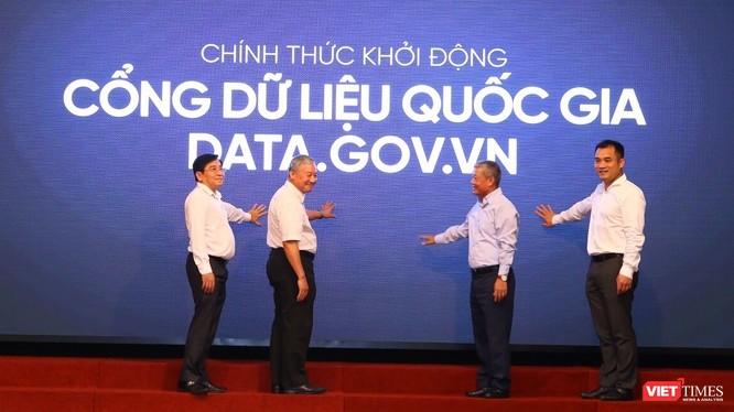 Thứ trưởng Nguyễn Thành Hưng và các đại biểu chính thức khởi động Cổng dữ liệu quốc gia data.gov.vn.