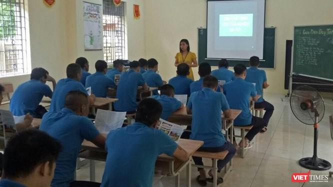 Các học viên tại Cơ sở Cai nghiện ma túy số 5 Hà Nội tiếp cận nội dung bài giảng