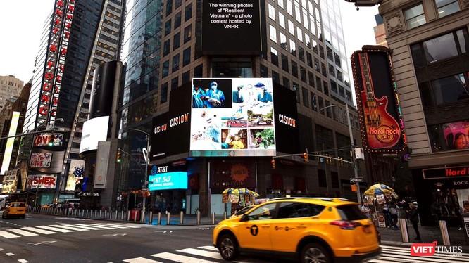 Các tác phẩm xuất hiện trên màn hình lớn ở Quảng trường Thời đại.