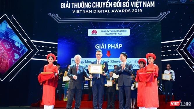 Bộ trưởng Bộ TT&TT Nguyễn Mạnh Hùng (bên phải) và GS. TSKH Đỗ Trung Tá trao giải thưởng Chuyển đổi số Việt Nam (Ảnh tư liệu, chụp năm 2019).