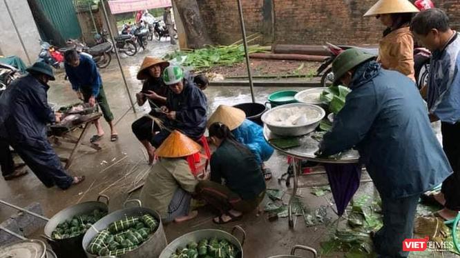 Nhiều nơi ở Nghệ An đang gói bánh chưng gửi vào bà con vùng lũ.