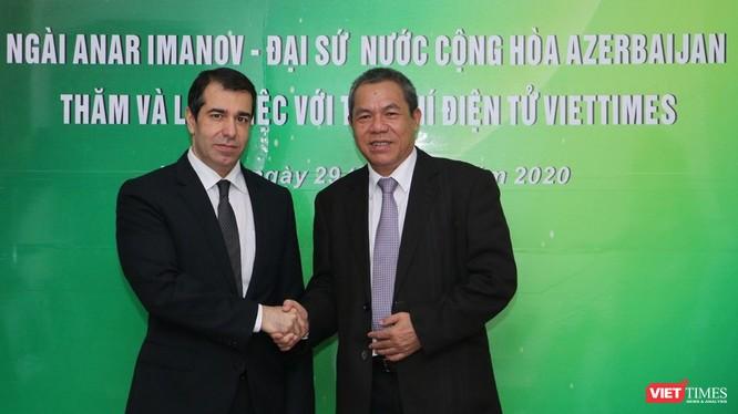 Đại sứ Anar Imanov (trái) và ông Lê Thọ Bình tại buổi tiếp đoàn Đại sứ Cộng hòa Azerbaijan tại Việt Nam. (Ảnh: Đăng Khoa)