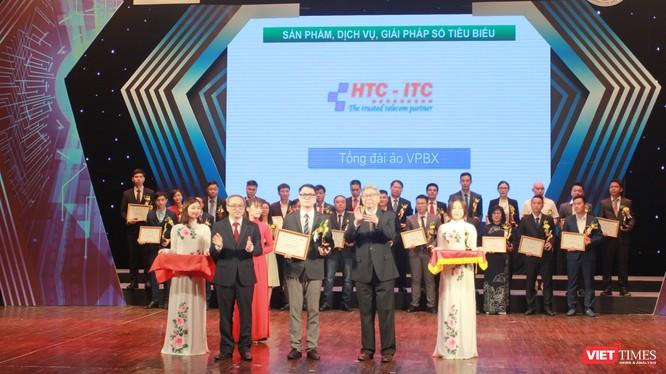 Đại diện HTC-ITC nhận Cúp và chứng nhận dịch vụ Chuyển đổi số xuất sắc từ tay GS. TSKH Đặng Vũ Minh – Chủ tịch Liên hiệp các Hội Khoa học và Kỹ thuật Việt Nam và TS. Phan Tâm – Thứ trưởng Bộ Thông tin và Truyền thông.