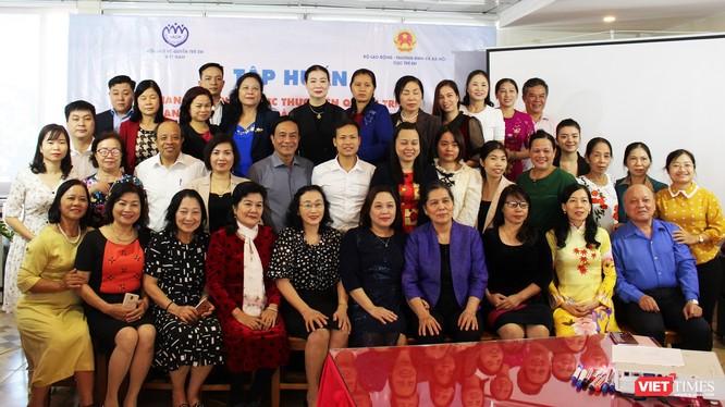 Lãnh đạo Cục Trẻ em, Bộ Lao động - Thương binh & Xã hội chụp ảnh lưu niệm với các đại biểu.