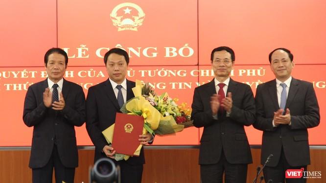 Bộ trưởng Nguyễn Mạnh Hùng và Ban lãnh đạo Bộ TT&TT chúc mừng tân Thứ trưởng Nguyễn Huy Dũng. Ảnh: Thu Hương.