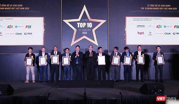 """Các doanh nghiệp nhận danh hiệu """"Top 10 doanh nghiệp CNTT Việt Nam 2020""""."""