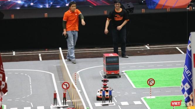 Chiếc xe tự lái đứng trước thách thức lớn nhất của cuộc thi: Nhường đường cho người đi bộ.