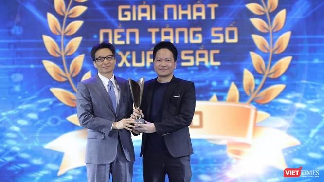 Phó Thủ tướng Vũ Đức Đam trao giải Nhất nền tảng số xuất sắc nhất cho ông Phạm Kim Hùng - CEO Base.vn.