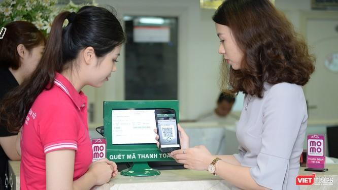 Nhiều ý kiến cho rằng đến nay chuyện người dùng ra quán cafe, rút điện thoại ra thanh toán vẫn là thách thức.