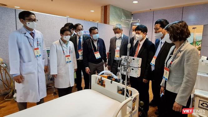 Thứ trưởng Bộ Y tế Nguyễn Trường Sơn kiểm tra hoạt động y tế phục vụ Đại hội Đảng.