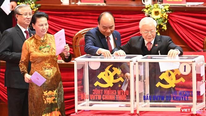 Lãnh đạo Đảng, Nhà nước tham gia bỏ phiếu bầu Ban Chấp hành Trung ương Đảng khoá XIII. Ảnh: Trọng Hải.