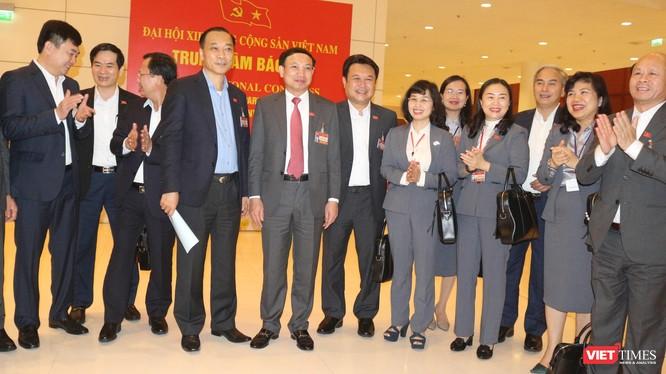Các đại biểu vui mừng với kết quả bầu cử Ban chấp hành Trung ương Đảng khoá XIII - vừa được công bố tối muộn ngày 30/1.