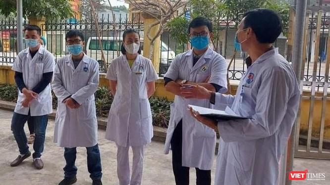 ThS. Nguyễn Trọng Khoa chia sẻ khó khăn với cán bộ y tế vùng có dịch.