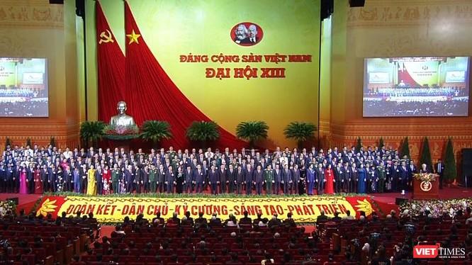 Ban Chấp hành Trung ương khóa XIII ra mắt Đại hội tại phiên bế mạc Đại hội Đảng lần thứ XIII, sáng 1/2.
