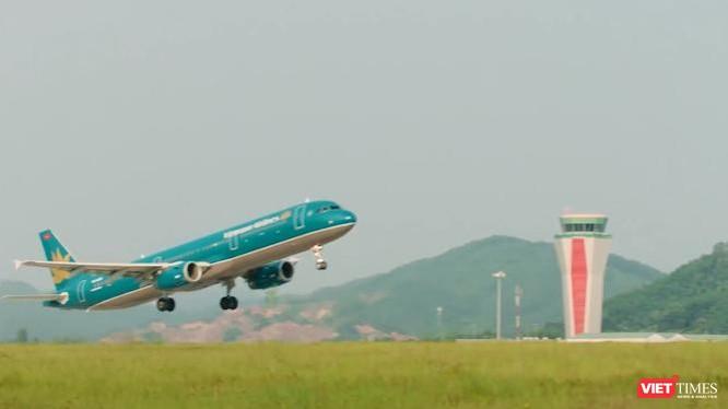 Máy bay của Vietnam Airlines rời đường băng sân bay Vân Đồn.